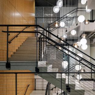 Ejemplo de escalera en U y madera, minimalista, extra grande, con escalones de madera, contrahuellas de madera, barandilla de cable y madera
