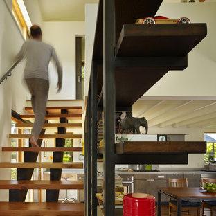 Стильный дизайн: прямая лестница среднего размера в стиле модернизм с деревянными ступенями без подступенок - последний тренд