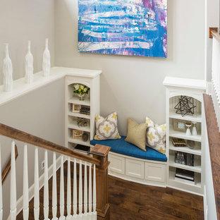 Diseño de escalera en U, clásica renovada, con escalones de madera y barandilla de madera