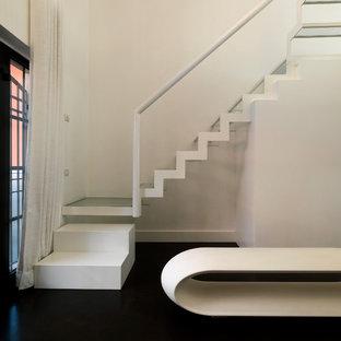 Modelo de escalera en L, actual, pequeña, sin contrahuella, con escalones de vidrio