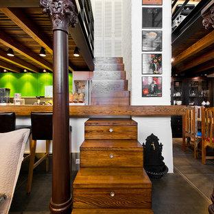 Esempio di una scala a rampa dritta eclettica con pedata in legno e alzata in legno