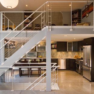 オークランドのコンテンポラリースタイルのおしゃれな直階段 (ワイヤーの手すり) の写真