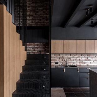 На фото: п-образная лестница среднего размера в стиле лофт с металлическими ступенями, металлическими подступенками и металлическими перилами