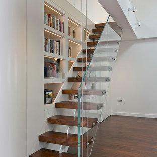 Ejemplo de escalera recta, actual, con escalones de madera y contrahuellas de madera