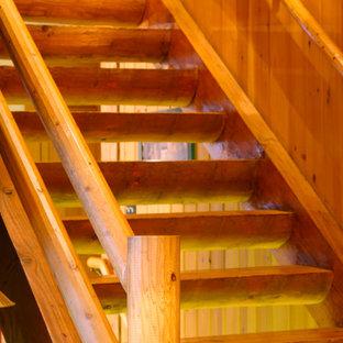 Imagen de escalera recta, rural, de tamaño medio, con escalones de madera y contrahuellas de madera