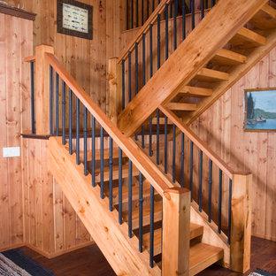 """Immagine di una grande scala a """"L"""" stile rurale con pedata in legno e alzata in legno"""