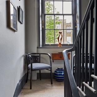 ロンドンの木のトランジショナルスタイルのおしゃれな折り返し階段 (木の蹴込み板) の写真