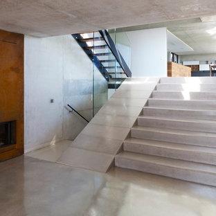 Diseño de escalera recta, moderna, de tamaño medio, con escalones de hormigón y contrahuellas de hormigón