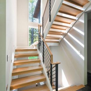 Modelo de escalera en U, contemporánea, pequeña, sin contrahuella, con escalones de madera