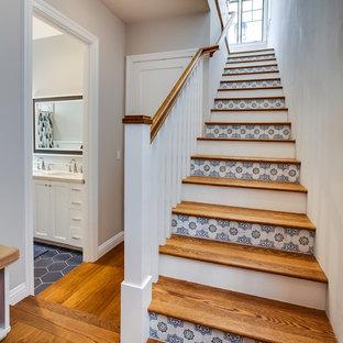 Foto de escalera recta, costera, de tamaño medio, con escalones de madera, contrahuellas con baldosas y/o azulejos y barandilla de madera