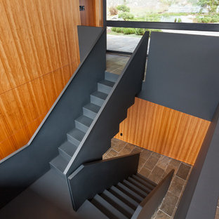 Ejemplo de escalera en U, contemporánea, grande, con escalones de metal, contrahuellas de metal y barandilla de metal