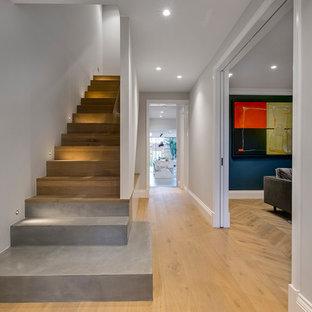 ロンドンのコンクリートのコンテンポラリースタイルのおしゃれな直階段 (コンクリートの蹴込み板) の写真