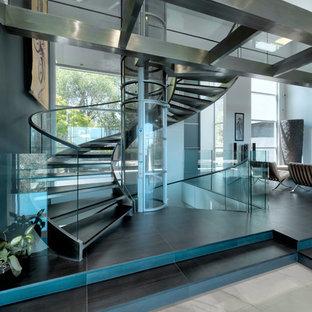 サンフランシスコの巨大なコンテンポラリースタイルのおしゃれな階段 (ガラスの手すり) の写真