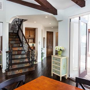 Стильный дизайн: лестница в средиземноморском стиле с деревянными ступенями и подступенками из сланца - последний тренд