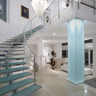 Modelo de escalera curva, actual, grande, sin contrahuella, con escalones de vidrio
