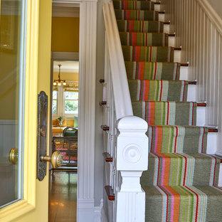 サンフランシスコの小さいカーペット敷きのエクレクティックスタイルのおしゃれな直階段 (カーペット張りの蹴込み板) の写真
