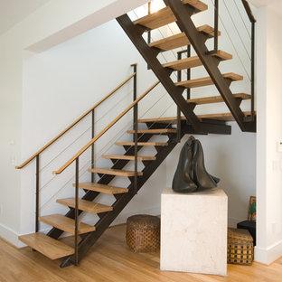 Неиссякаемый источник вдохновения для домашнего уюта: большая п-образная лестница в стиле модернизм с деревянными ступенями и перилами из тросов без подступенок
