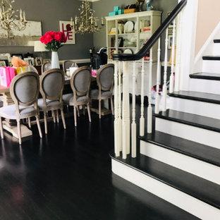 フィラデルフィアの広いフローリングのトランジショナルスタイルのおしゃれな直階段 (フローリングの蹴込み板、木材の手すり) の写真