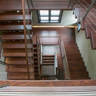ミルウォーキーの巨大な木のモダンスタイルのおしゃれな階段 (ワイヤーの手すり) の写真