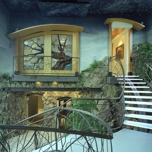 デンバーの大きいガラスのコンテンポラリースタイルのおしゃれならせん階段 (金属の蹴込み板) の写真