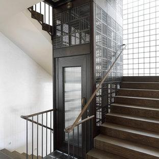 Modelo de escalera en U, clásica renovada, de tamaño medio, con escalones de madera y contrahuellas de madera
