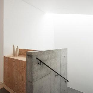 Foto di una scala minimalista con pedata in cemento e alzata in cemento