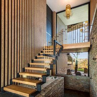 Retro Holztreppe in U-Form mit offenen Setzstufen in Los Angeles
