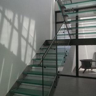 マイアミのガラスのモダンスタイルのおしゃれな階段の写真