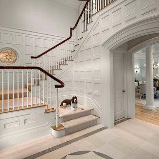 Imagen de escalera en L, clásica renovada, grande, con escalones de madera, contrahuellas de madera pintada y barandilla de madera