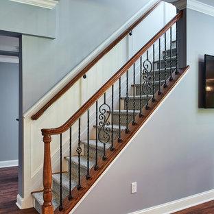 Idéer för en klassisk rak trappa, med heltäckningsmatta och räcke i flera material