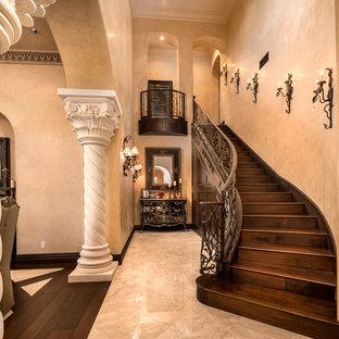 Diseño de escalera recta, mediterránea, extra grande, con escalones de madera, contrahuellas de madera y barandilla de varios materiales