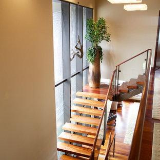 "Immagine di una scala a ""L"" tropicale di medie dimensioni con pedata in legno e nessuna alzata"