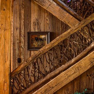 Diseño de escalera recta, rústica, grande, con escalones de madera y contrahuellas de madera