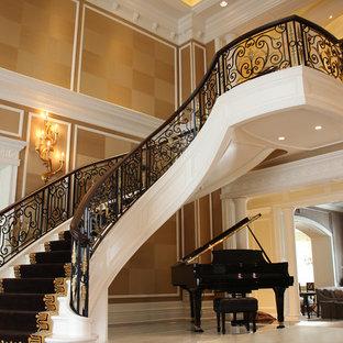 Imagen de escalera curva, mediterránea, grande, con escalones de madera pintada y contrahuellas de madera pintada