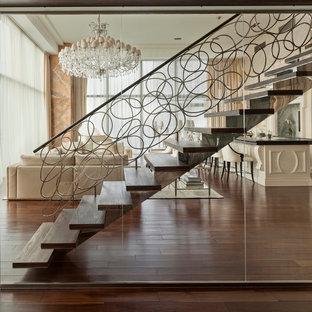 Неиссякаемый источник вдохновения для домашнего уюта: огромная прямая лестница в современном стиле с деревянными ступенями без подступенок