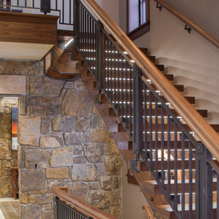 Foto de escalera en U y papel pintado, clásica, sin contrahuella, con escalones de madera, barandilla de varios materiales y papel pintado