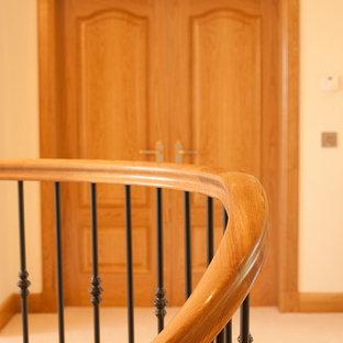 Foto de escalera curva, contemporánea, grande, con escalones de madera y contrahuellas de madera