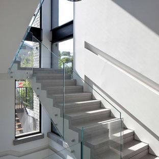 Modern inredning av en stor trappa, med sättsteg i betong