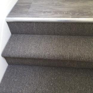 Diseño de escalera recta, moderna, pequeña, con escalones enmoquetados y contrahuellas enmoquetadas