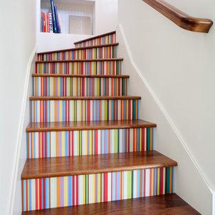 Ejemplo de escalera en L, bohemia, con escalones de madera y contrahuellas de madera pintada