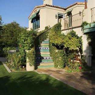 Diseño de escalera curva, mediterránea, grande, con escalones con baldosas y contrahuellas con baldosas y/o azulejos