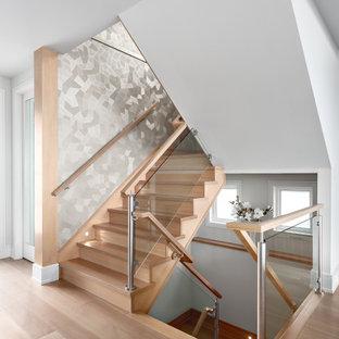 Foto de escalera en U y papel pintado, costera, de tamaño medio, con escalones de madera, contrahuellas de madera, barandilla de madera y papel pintado