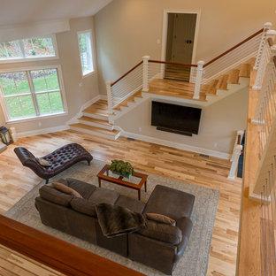 Imagen de escalera curva, tradicional renovada, extra grande, con escalones de madera y contrahuellas de madera