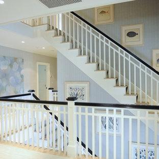 Diseño de escalera en L, costera, grande, con escalones de madera, contrahuellas de madera y barandilla de madera