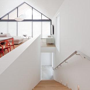 Idées déco pour un escalier droit scandinave avec des marches en bois et un garde-corps en métal.