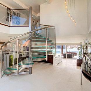 Diseño de escalera de caracol, contemporánea, sin contrahuella, con escalones de vidrio y barandilla de vidrio