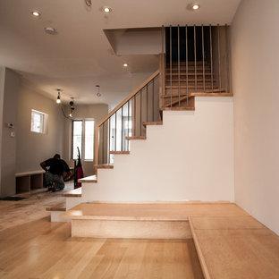 Imagen de escalera en L, contemporánea, pequeña, con escalones de madera y contrahuellas de madera