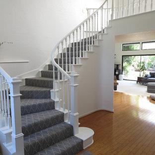 Foto de escalera en L, clásica, de tamaño medio, con escalones enmoquetados y contrahuellas enmoquetadas