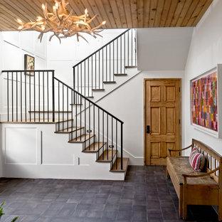 """Idee per una grande scala a """"U"""" costiera con pedata in legno, alzata in legno, parapetto in metallo e pareti in perlinato"""