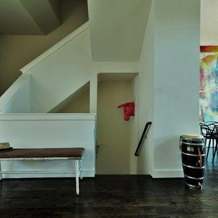 ロサンゼルスの中くらいの木のエクレクティックスタイルのおしゃれならせん階段 (木の蹴込み板) の写真
